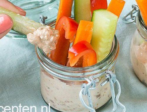 Gezonde snack: rauwe groentesticks met dip